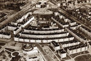 Widok osiedla WSM z 1957 r. Na dole kompleks SDK – teatr, naprzeciw kolonia X